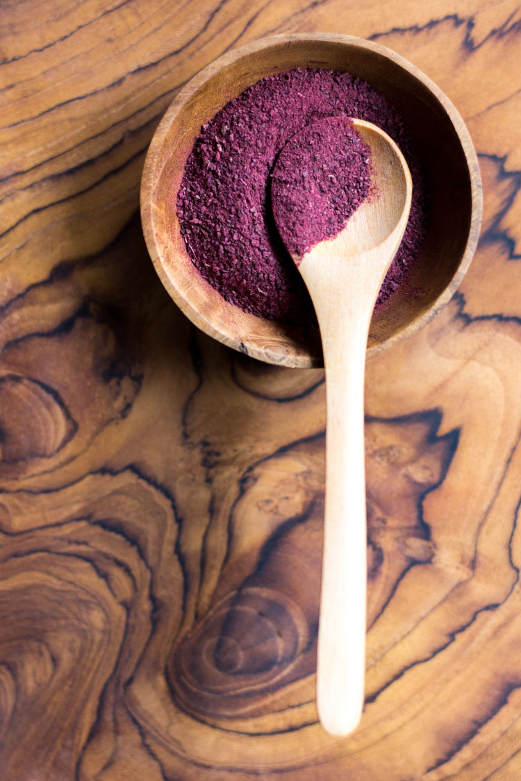 Raw beetroot powder.