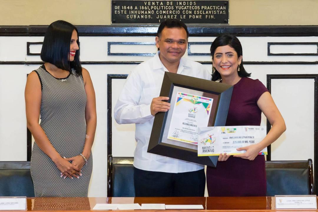 Carolina Leyva Peralta, creadora del Mercadito Bazar, recibe su reconocimiento de manos de RZB y Alaine López