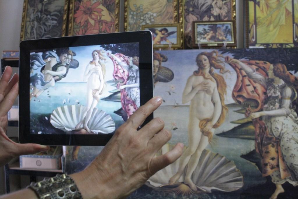 dispositivo electrónico, los espectadores pueden observar la animación de la obra. Fotos: Katia Rejón