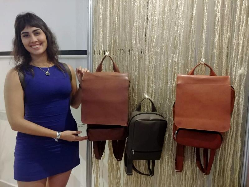LEOSLER. Elabora mochilas urbanas de forma artesanal, aplicando los principios del comercio justo.