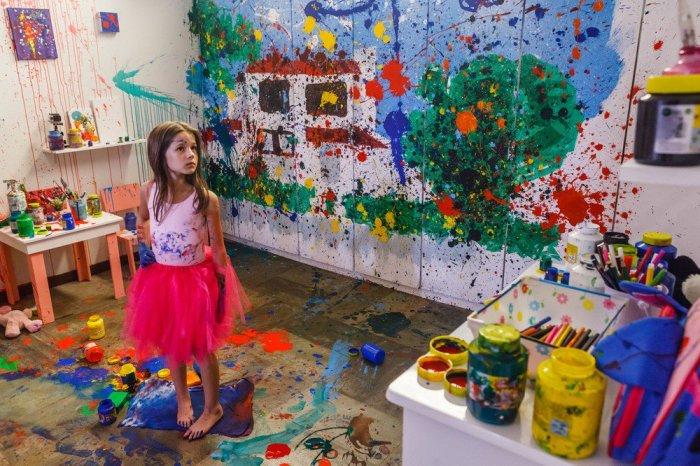 Menina Índigo pintando seu quarto