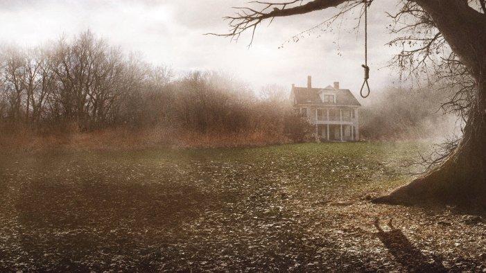 filme invocação do mal - casa assombrada com uma corda na árvore