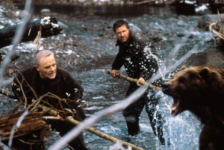 uma das cenas principais do filme No limite com o urso