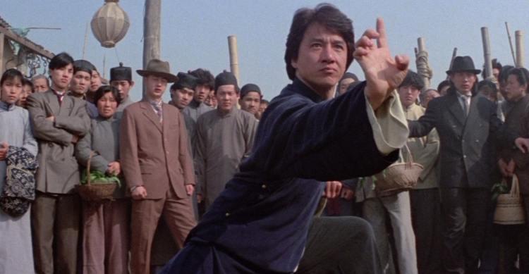 uma das cenas do filme o mestre invencível de Jackie Chan