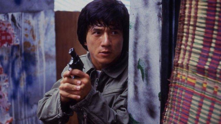 Jackie Chan segurando uma arma no filme Police Story