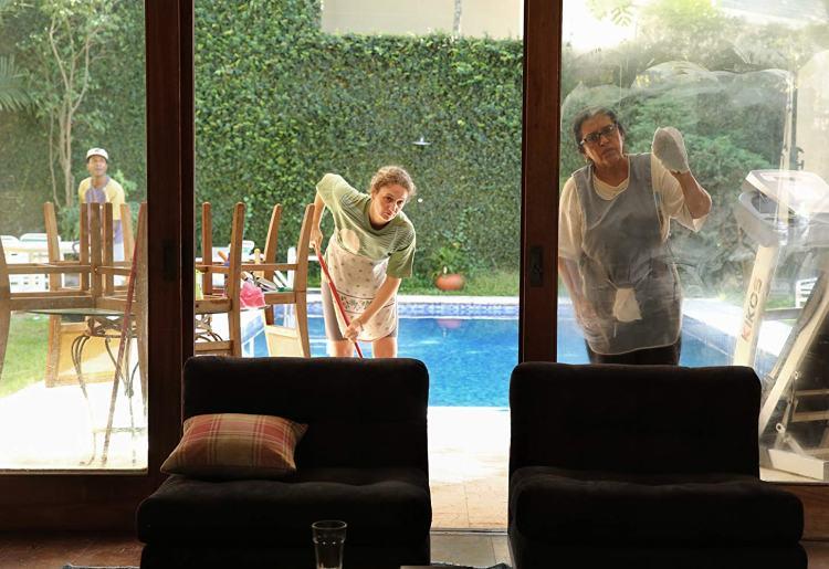 cena do filme que horas ela volta - funcionarias limpando a casa