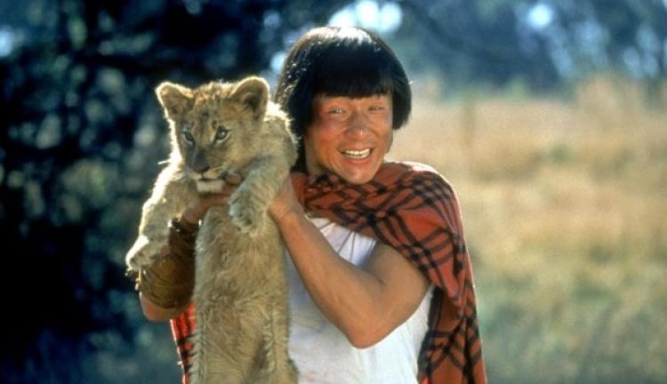 Jackie Chan segurando um filhote de leão no filme quem soou eu