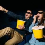 casal assistindo filme de ação e aventura em 3D comendo pipoca