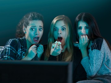 assistindo filme de terror