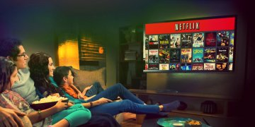 família assistindo filme juntos, mãe, pai e filhos