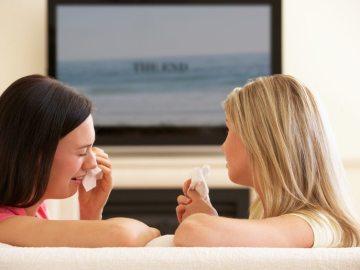 duas mulheres assistindo filme para chorar