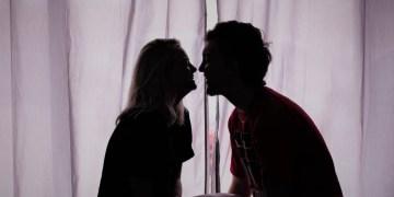 namorado e namorada sentados conversando no quarto