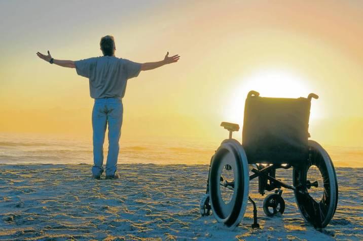homem que ora por saúde e levantou da cadeira de rodas para agradecer a Deus