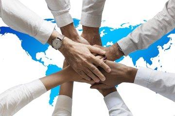 mãos unidas em uma missão