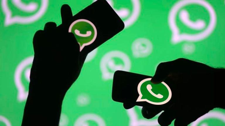 duas pessoas segurando celular na mão