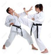 10217509-karate-joven-y-un-hombre-con-un-kimono-con-un-fondo-blanco-captura-de-deportes-de-batalla-foto-de-archivo