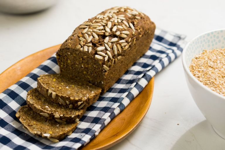 Ô bánh mì nguyên cám được căt lát