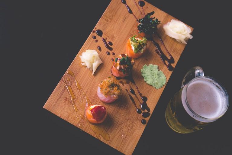Sushi trình bày trên thớt gỗ