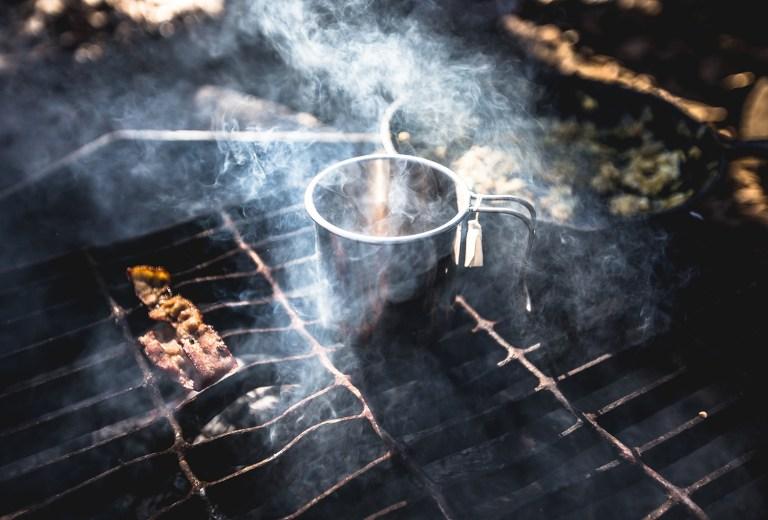 Ly nước nóng sau làn khói bốc lên