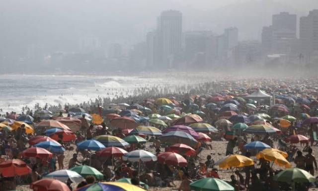 Abarrotadas playas de Río de Janeiro en medio de la pandemia