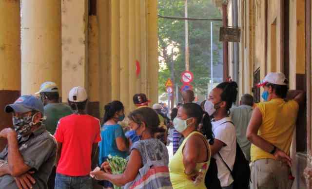 Colas en La Habana: instantáneas de una época.
