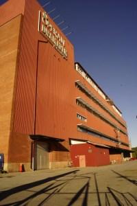 Stor orange byggnad