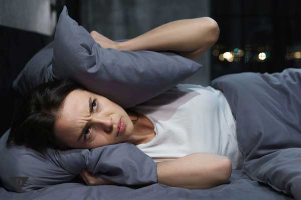 Девушка раздражена и накрылась подушкой