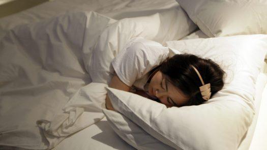 Eine Frau schläft auf einem Bett