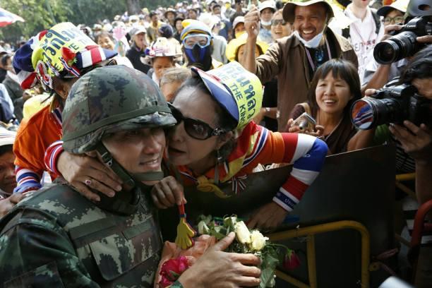 二零一四年一月十九日,泰國反對派於「封鎖曼谷」行動中,發起衝擊Royal Government House,氣氛一度緊張,但軍警最後決定撤出,示威群眾向撤出軍警表示敬意及獻吻。