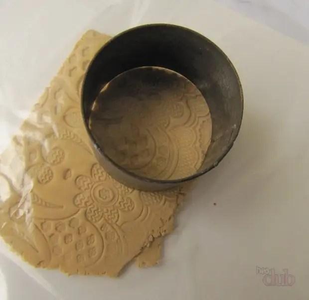 Moldes precisam ser pressionados na argila de polímero
