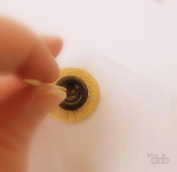 Palitos são feitos buracos em uma argila de polímero
