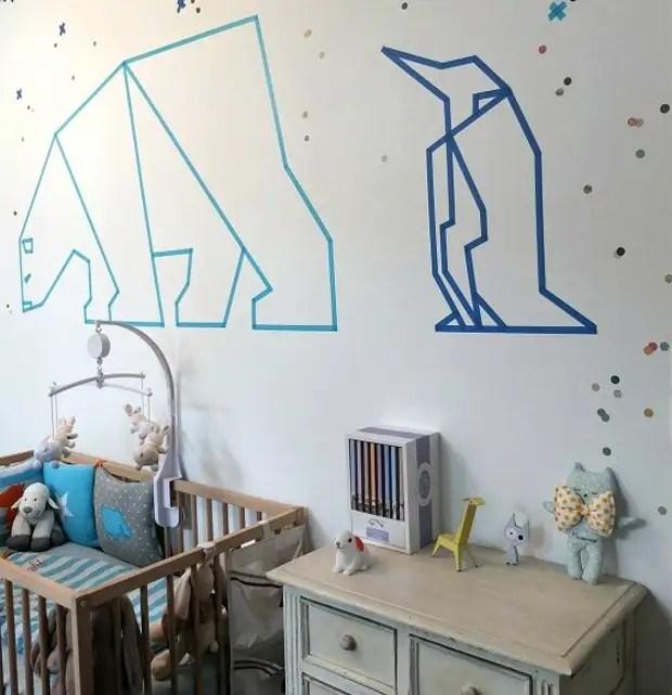 Түсті скотчтен алынған геометриялық фигуралар: балалар бөлмесінің қабырғасындағы полярлы жануарлар