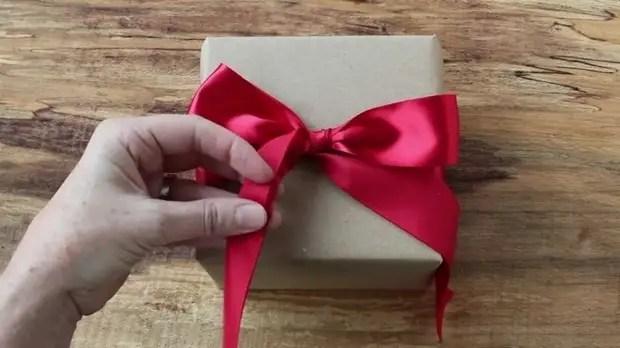 Учимся завязывать шикарный бант для подарка