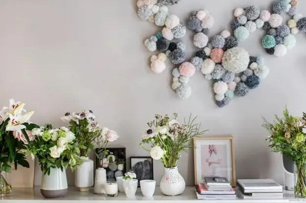 Você pode decorar as paredes de qualquer sala com guirlandas finas e pombas de malha
