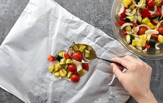 Овощные блюда лучше размещать на матовой поверхности / Фото: 123ru.net