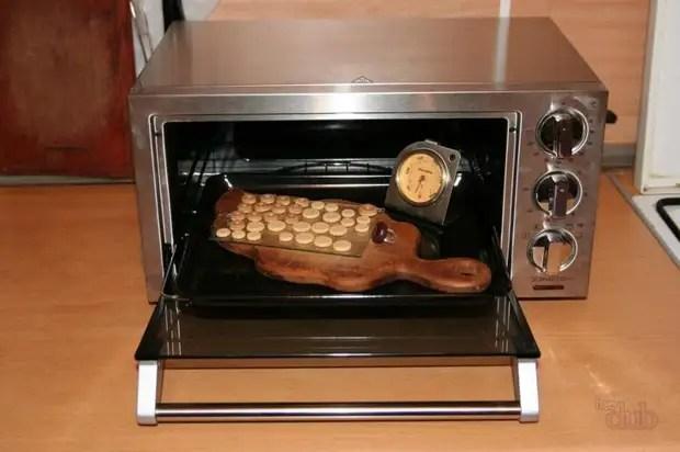 Isto é o que um forno especial parece para o cozimento de produtos de argila polimérico.