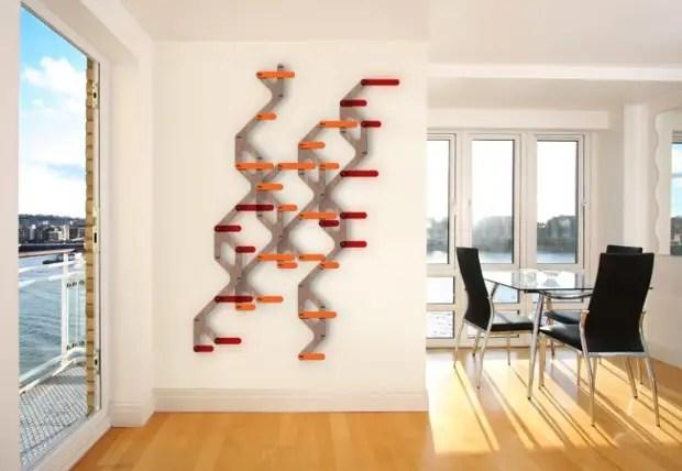 A parede da sala de estar urbana minimalista pode ser decorada com relógio caseiro, onde a ideia principal é um discagem incomum. Isso pode ser, por exemplo, um mapa do metrô ou outro atributo familiar da vida urbana