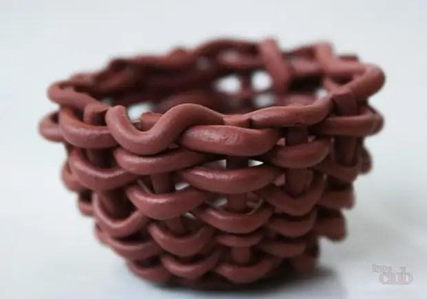 Sob o final da tecelagem, esta é uma cesta de argila polimérica.