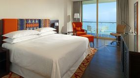 Sheraton-grand-conakry-Grand-Room-King-size-bed_cr