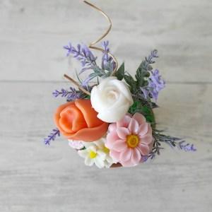 Малка саксийка с розови, бели и прасковени сапунени цветя B1013