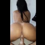 Image Morena casada sentando na rola do amante na banheira do motel