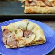 苹果和鸡肉腊肠披萨是充满着巨大的秋天味道的 - 并有一个有趣的通心粉和奶酪惊喜等着在酿地壳!食谱上RachelC徳赢vwin pk10ooks.com