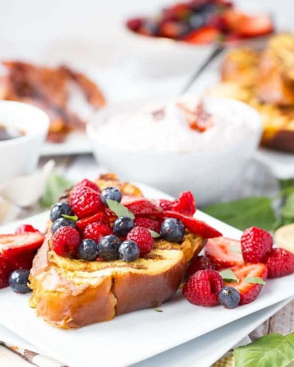 把你的早午餐烧烤!这烤法式面包及草莓罗勒奶油奶酪馅将是完美的早午餐核心!得到RachelCooks.com配徳赢vwin pk10方!