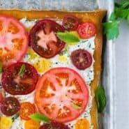香草凝乳和新鲜的番茄馅饼的图像,从上方拍摄。配上薄荷叶。