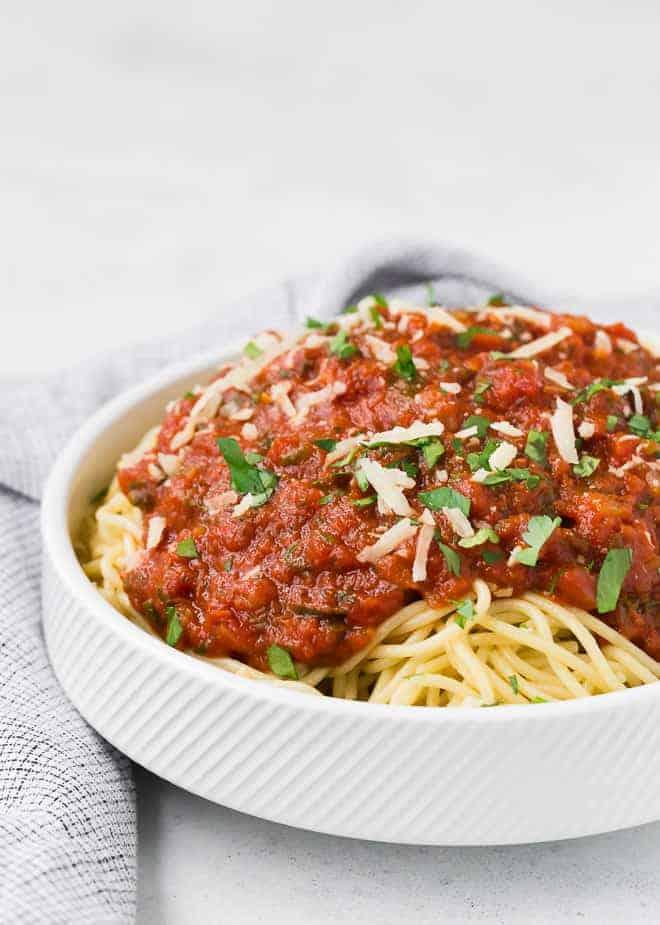 意大利面条配素食番茄酱的图片。