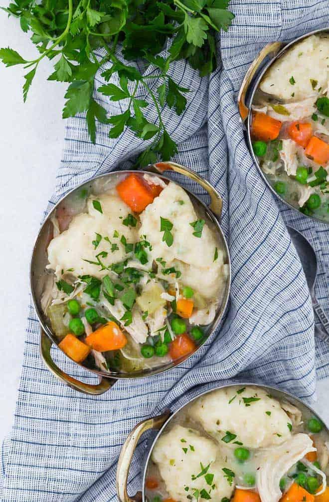 三图像碗鸡肉粽子,用新鲜的香菜点缀。