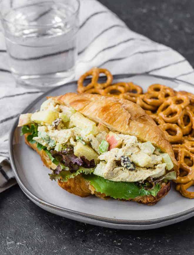 鸡肉沙拉的图像的咖喱与蔬菜羊角面包制成。迷你饼干也都在板。