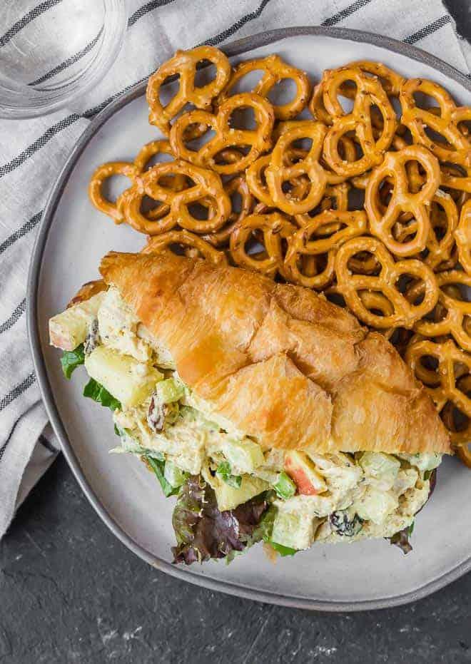 上一个羊角面包咖喱鸡肉沙拉,与迷你饼干板的俯瞰图像。