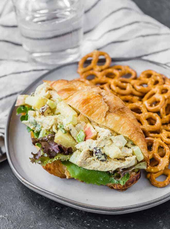 与新鲜蔬菜羊角面包健康咖喱鸡肉沙拉的形象。