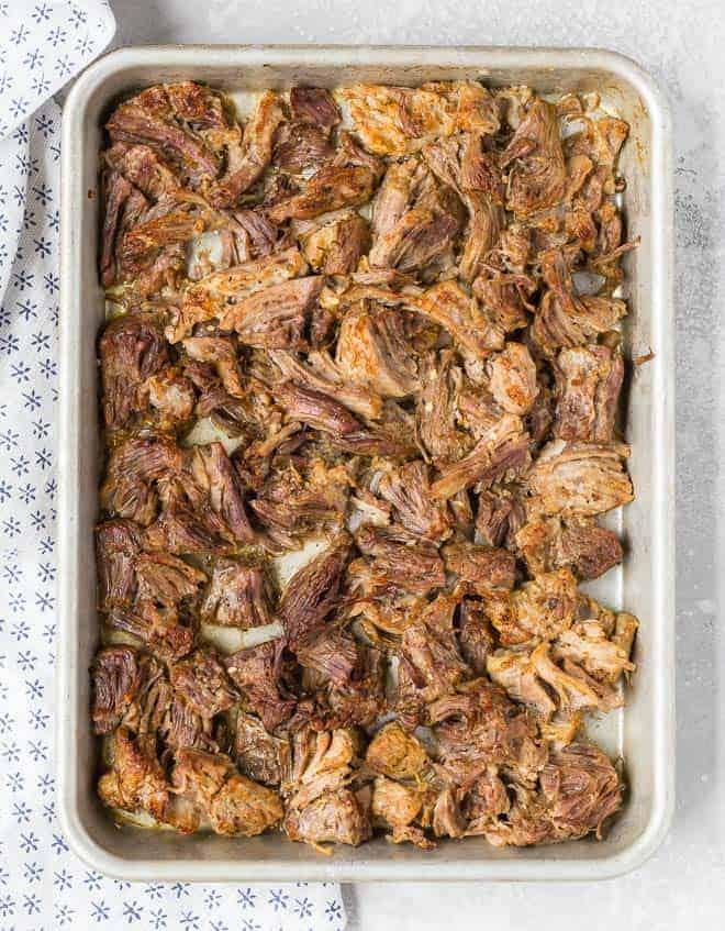 烤盘满猪肉猪肉丝的松脆位的俯视图。
